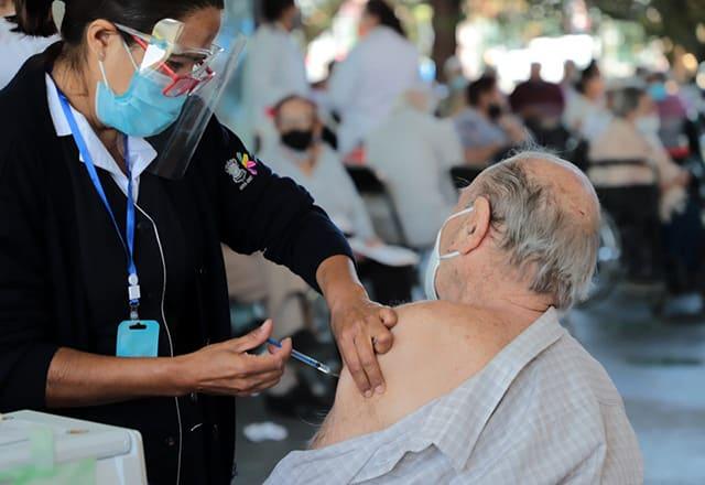 vacunación COVID-19 adultos mayores